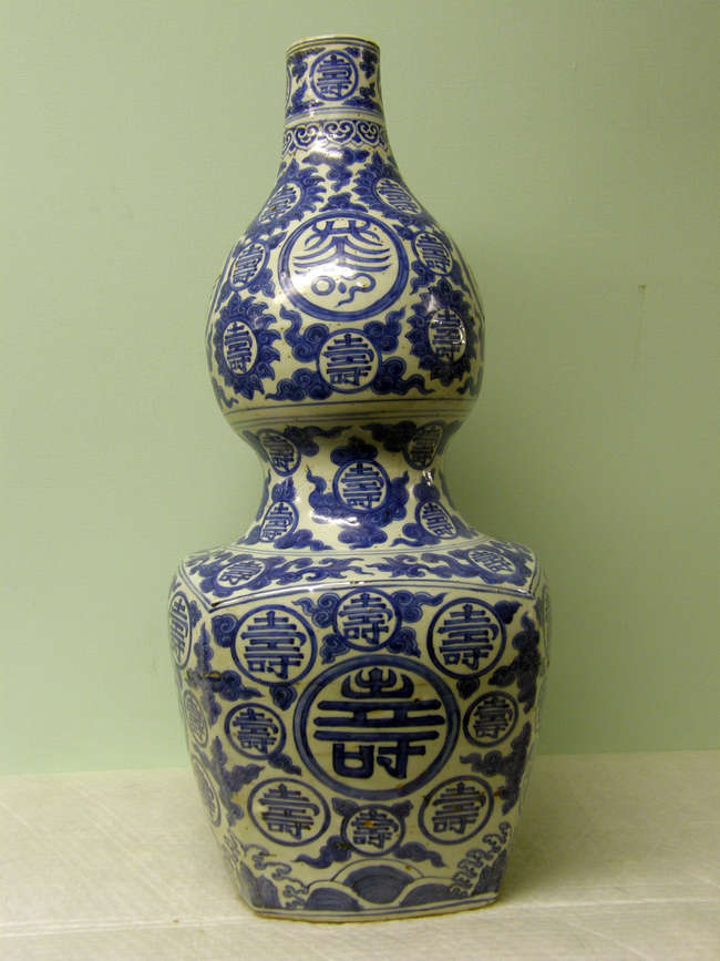 Large Chinese Ming double gourd vase (Hu-Lu)