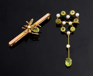 Antique peridot and pearl bug bar brooch tested as 15ct gold and an Edwardian pearl and peridot drop pendant in yellow gold.